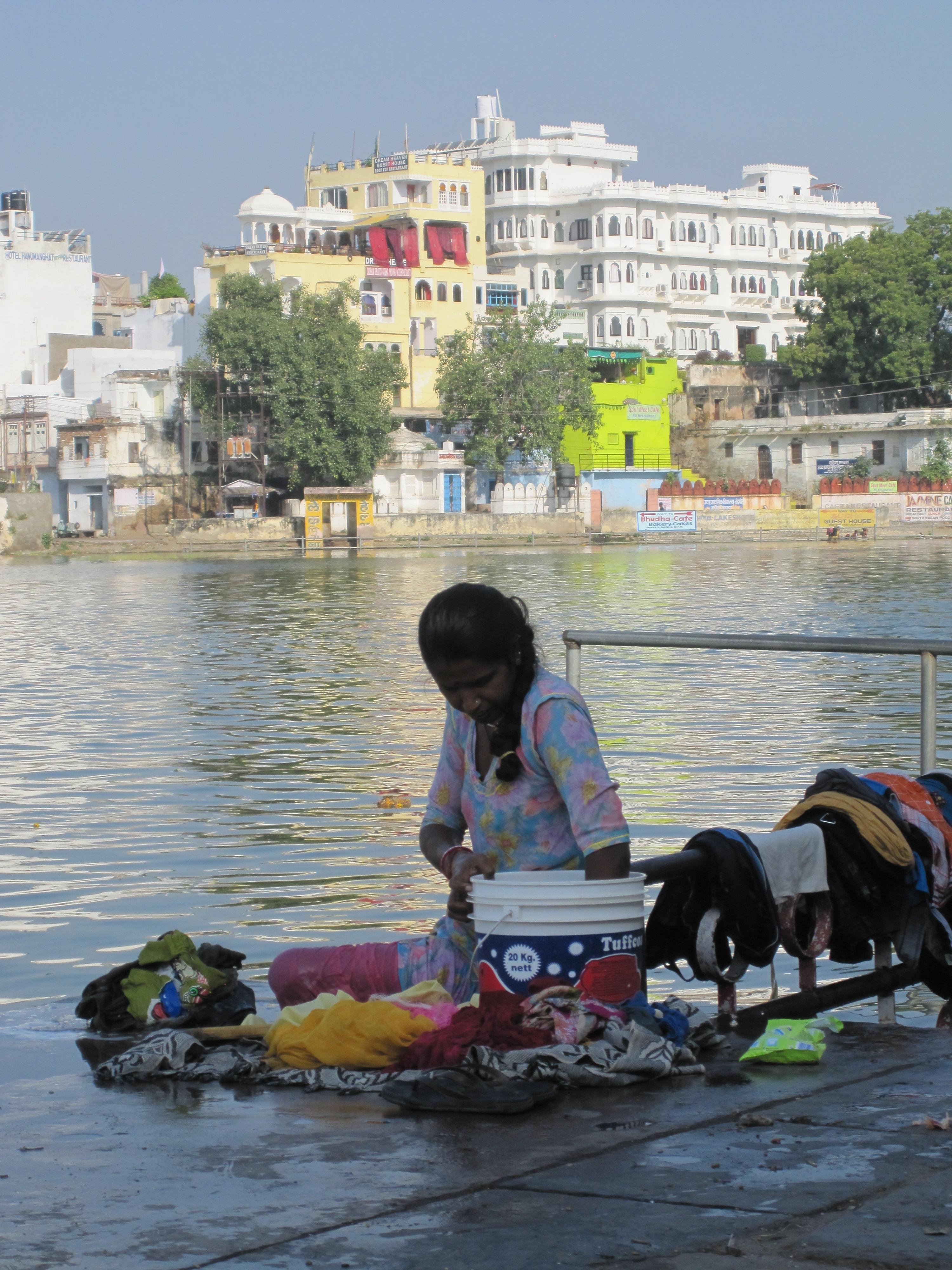 Wäsche waschen im See