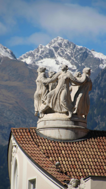 Skulpturen auf dem Dach des Meraner Kurhauses